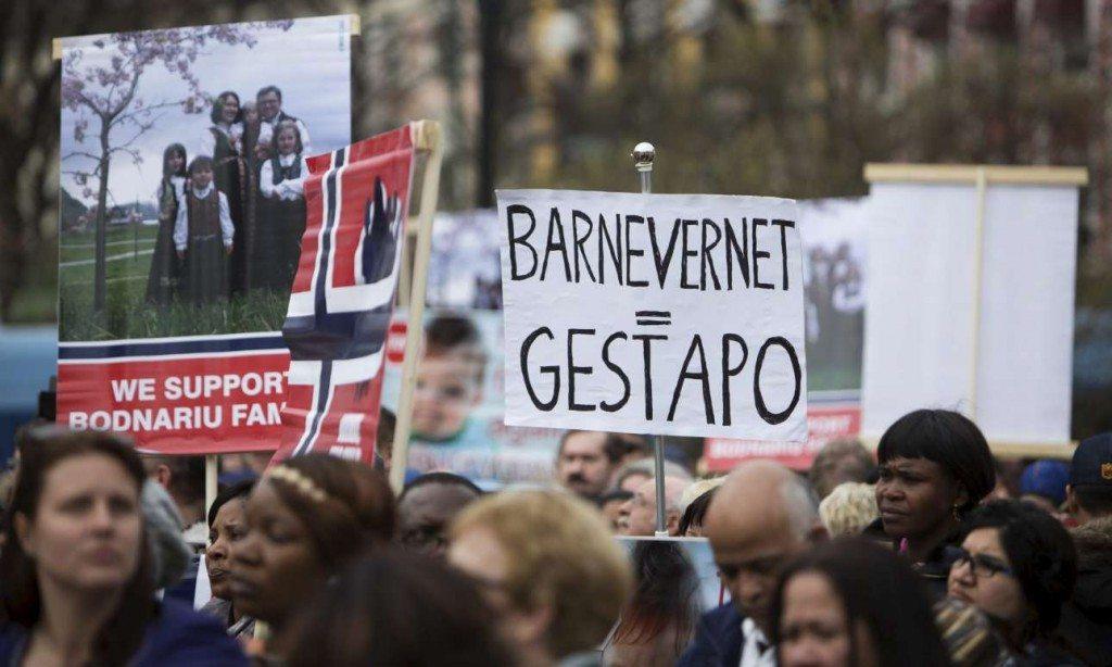 Διαδηλωτές παρομοιάζουν την νορβηγική υπηρεσία παιδικής προστασίας «Barnevernet» με την Γκεστάπο (REUTERS/Ole Berg-Rusten)