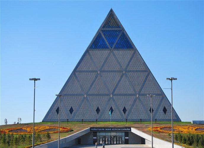 Η πυραμίδα του Νόρμαν Φόστερ αποτελεί σημείο αναφοράς για την ολοκαίνουρια πρωτεύουσα