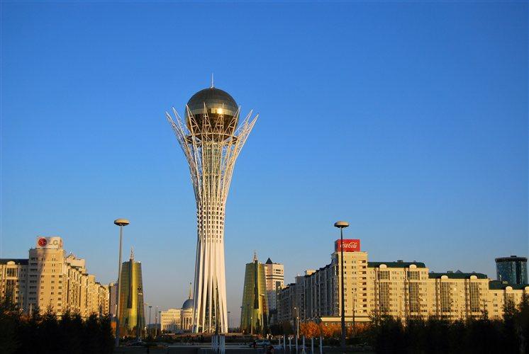 Ο πύργος «Μπαϊτερέκ» και οι υπερσύγχρονες κτίρια που τον πλαισιώνουν δίνουν μια κεντρασιατική νότα στον μοντερνισμό