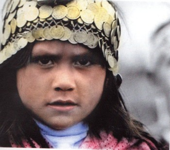 Μικρή Αραουκανή φοράει τα χαρακτηριστικά ελληνικά κρεμαστά φλουρια στο κεφάλι