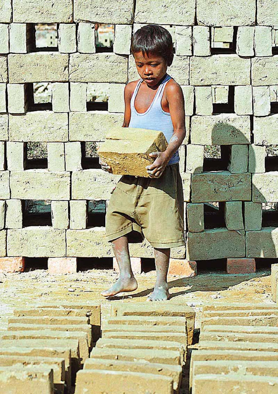 Οκτάχρονος στην Ινδία μεταφέρει τούβλα. Στη λίστα του υπ. Εργασίας των ΗΠΑ η Ινδία είναι η χώρα με τον μεγαλύτερο αριθμό προϊόντων που παράγονται από παιδικά χέρια