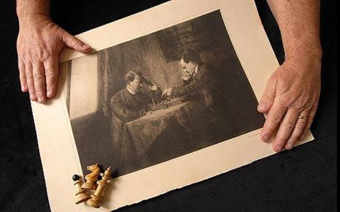 *Λεζάντα: An extraordinary etching (χαλκογραφία) of a young Adolf Hilter playing chess against Vladimir Lenin has come to light. The art work is by Hilter's Jewish art teacher Emma Lowenstramm who witnessed the game (Telegraph)