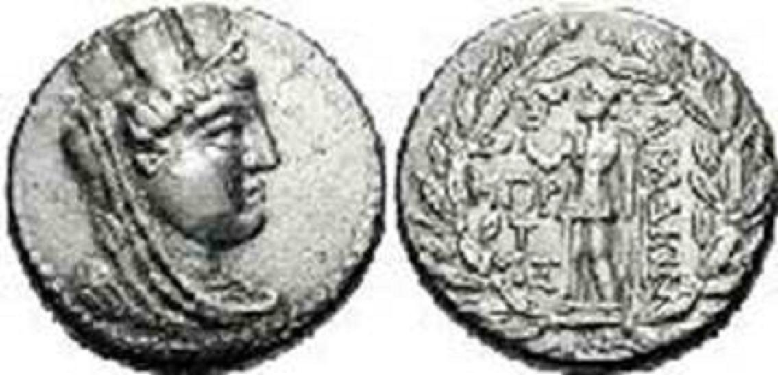 Το παραπάνω νόμισμα είναι αργυρό τετράδραχμο (137-126 π.Χ.). Η γυναίκα που εικονίζεται είναι η θεά Τύχη (Tyche), η οποία φορά ως κορώνα τα «Τείχη». Στην πίσω πλευρά, η θεά Νίκη (Nike) κρατάει κλαδί φοίνικα. Τόσο οι ομόηχες λέξεις «Τύχη» και «Τείχη», όσο και οι –επίσης ομόηχες- λέξεις «Φοίνικας» που παραπέμπει στην «Φοινίκη» είναι ελληνικές. Τα δήθεν «φοινικικά» γράμματα αναφέρουν την ελληνική λέξη «Αραδίων», που φυσικά είναι οι κάτοικοι της Αράδου (Αρβάντ) και τα γράμματα αριστερά αποτελούν την γραμματική απεικόνιση του έτους κυκλοφορίας του νομίσματος.