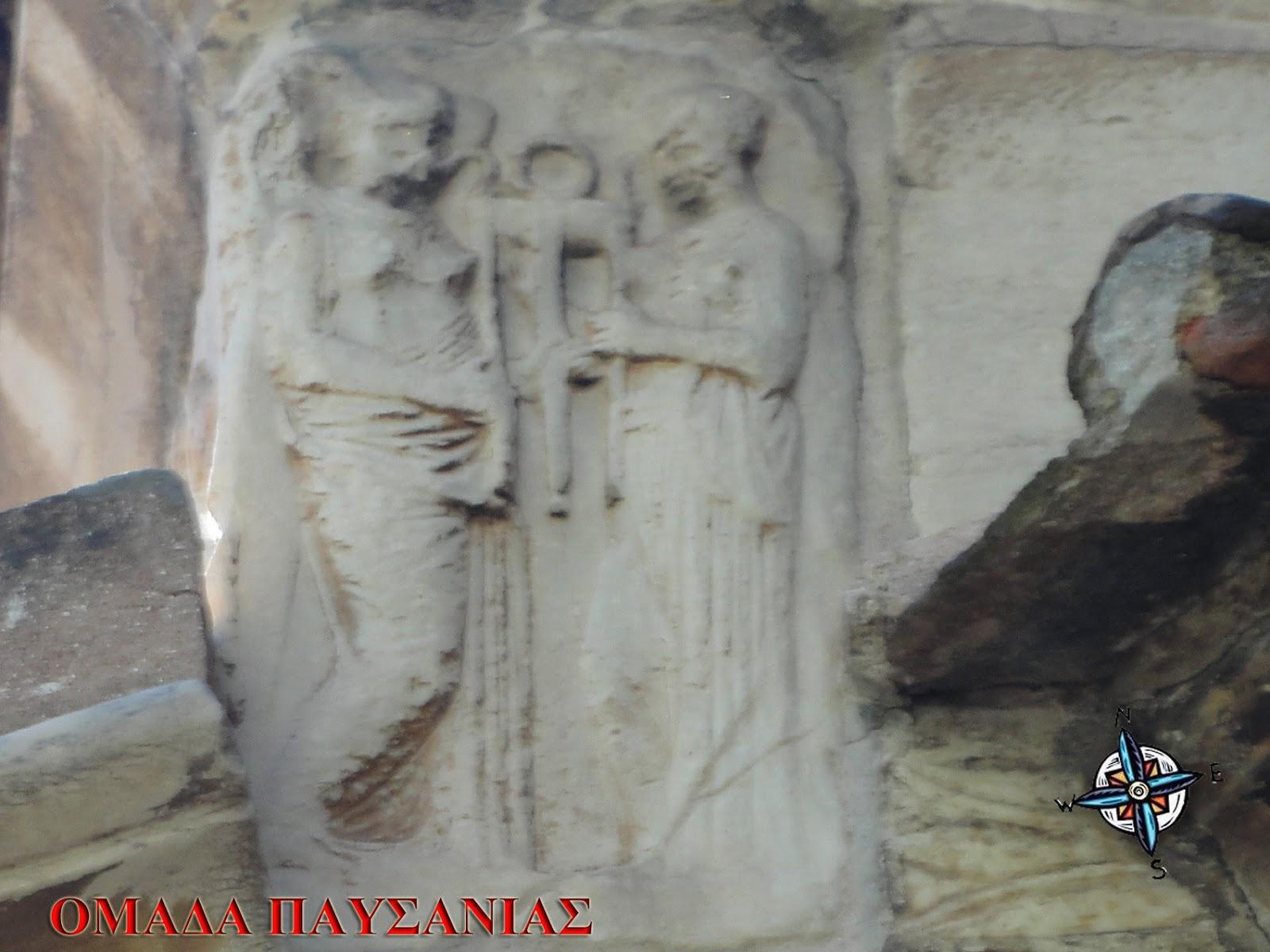 Δύο ανάγλυφα – σε ανάλογες θέσεις – με δύο μορφές που κρατούν τρίποδα