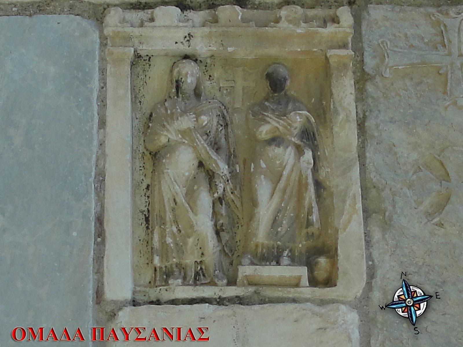 Αρχαία επιτύμβια στήλη με δύο γυναικείες μορφές και έναν Σταυρό να έχει προστεθεί εκ των υστέρων ανάμεσά τους.