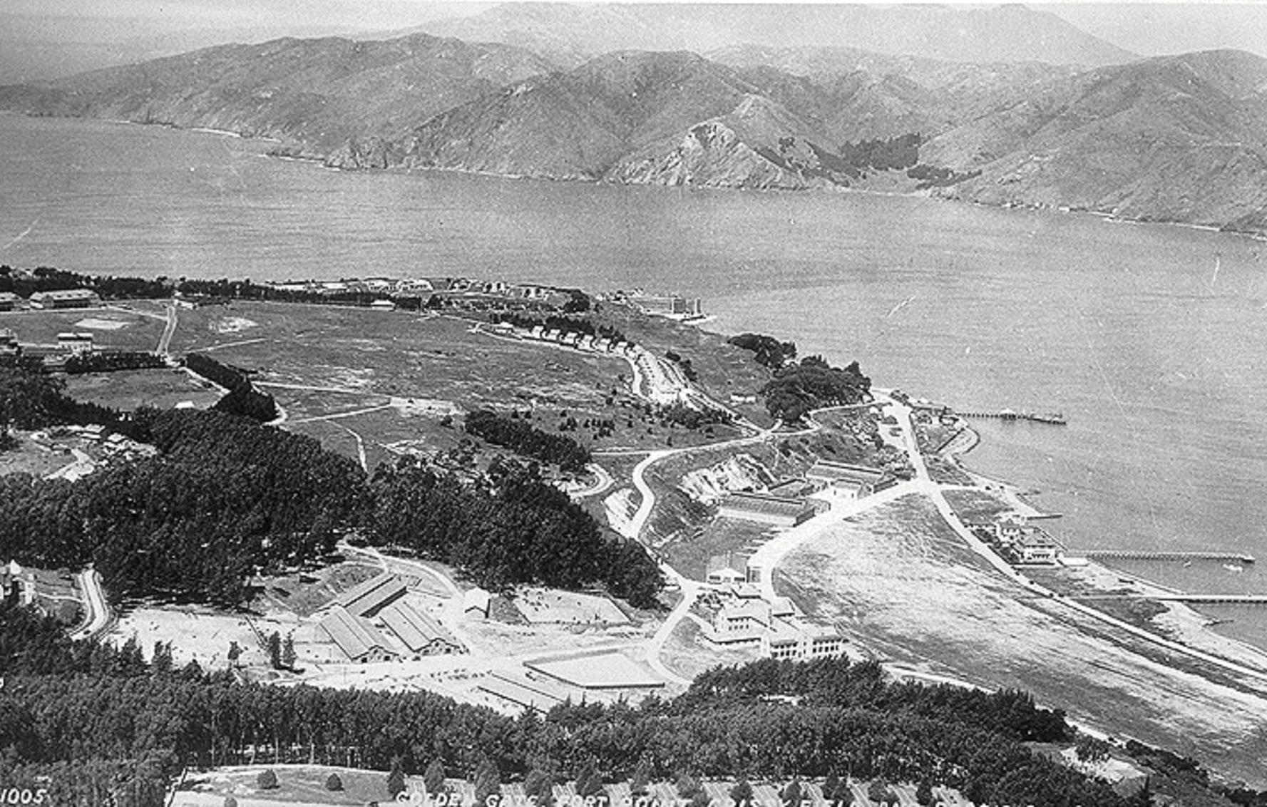 Εναέρια άποψη της στρατιωτικής βάσης του Πρεζίντιο (έκταση 6 χιλμ2), στο Σαν Φρανσίσκο. Μετά από 219 έτη συνεχούς λειτουργίας, το Πρεζίντιο έπαψε να λειτουργεί την 1 η Οκτωβρίου του 1994.