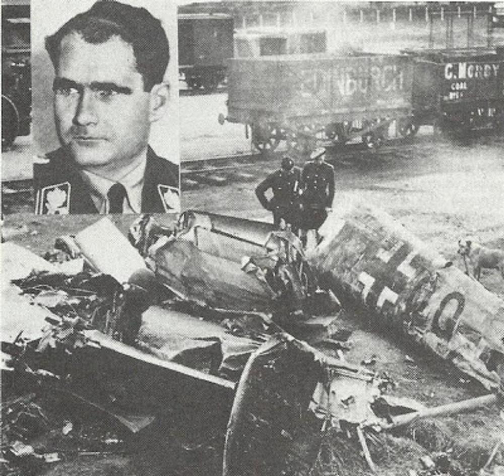 Τα συντρίμμια του αεροπλάνου, με το οποίο ο υπαρχηγός του Χίτλερ Ρούντολφ Ες έφτασε στη Σκοτία... 10 Μαΐου 1941. Ο Ουίνστον Τσόρτσιλ και κατ' επέκταση, η πλειοψηφία του βρετανικού λαού πασχίζουν να εξηγήσουν αυτό που συνέβη στη Σκοτία σήμερα. Ένα γερμανικό αεροπλάνο συνετρίβη στο έδαφος. Επιβάτης του ήταν ένας από τους πιο έμπιστους ανθρώπους του Χίτλερ, ο Ρούντολφ Ες, ο οποίος, τελικά διασώθηκε χρησιμοποιώντας αλεξίπτωτο. Λέγεται πως έχει έρθει να διαπραγματευτεί συμφωνία ειρήνης. Προφανώς η αποστολή του Ες είναι να πείσει τη Βρετανία να δεχτεί το μοίρασμα του κόσμου σε δυο σφαίρες επιρροής. Η Γερμανία ισχυρίζεται πως ο Ες ήταν παράφρων. Πολλοί στη Βρετανία συμφωνούν, αλλά το μυστήριο αυτής της υπόθεσης παραμένει. Από δημοσίευμα του τύπου της εποχής...Διαγγελέας.