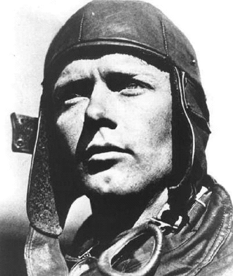 Ο Τσάρλς Λίντμπεργκ ήταν Αμερικανός αεροπόρος που έγινε γνωστός, καθώς το 1927 κατάφερε να διασχίσει τον Ατλαντικό διανύοντας, μόνος του και χωρίς στάση, 5.800 χιλιόμετρα με το μονοθέσιο μονοκινητήριο αεροπλάνο του, Spirit of St. Louis. Ο Λίντμπεργκ είχε επισκεφθεί πολλές φορές τη ναζιστική Γερμανία, είχε κάνει εγκωμιαστικά σχόλια για τον Χίτλερ, με αποτέλεσμα να του απονεμηθεί ο γερμανικός «Σταυρός του Τάγματος του Αετού», που απονέμετο σε μη Γερμανούς για την προσφορά τους στο Γ΄ Ράιχ. Η άρνηση του Λίντμπεργκ να επιστρέψει το μετάλλιο αυτό μετά την έναρξη του Β' Παγκοσμίου Πολέμου, σε συνδυασμό με τις εγκωμιαστικές δηλώσεις του για το ναζιστικό καθεστώς, είχαν προκαλέσει έντονες αντιδράσεις [Πηγή: wikipedia].