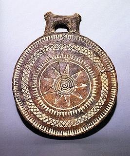 2000 π.Χ.: Αυτή είναι η στιγμή όπου οι αρχαίοι Έλληνες, άρχισαν πρώτοι να χρησιμοποιούν αυτο το σύμβολο του Ηλίου. To σύμβολο δεν είχε τυποποιηθεί ακόμα με την πρώιμη μορφή του.