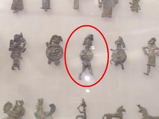 780 π.Χ.: Βλέπουμε ανασκαφές που απεικονίζουν μεταξύ άλλων και Σπαρτιάτες οπλίτες, οι οποίοι φέρουν στις ασπίδες τους, το σύμβολο του Ήλιου της Βεργίνας .