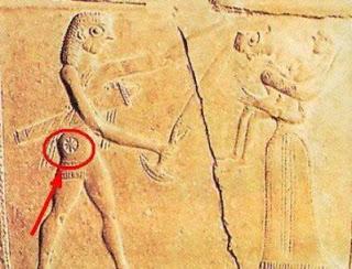 780 π.Χ.: .Έχει αρχίσει πλέον η χρήση του συμβόλου. Το ακόλουθο έργο τέχνης δείχνει την μάχη της Τροίας. Μπορούμε να δούμε καθαρά το σύμβολο πάνω στον πολεμιστή, όπως βρέθηκε στο νησί της Μυκόνου.