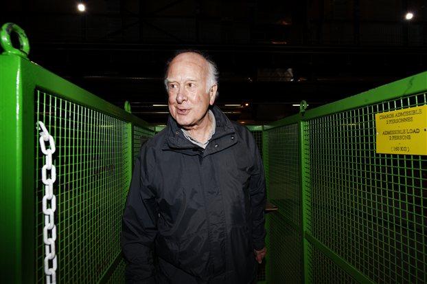 Περιχαρής ο Πήτερ Χιγκς ξεναγείται στις εγκαταστάσεις του CERN. Πολλοί πιστεύουν ότι η ανακοίνωση της περασμένης εβδομάδας θα του χαρίσει άμεσα το βραβείο Νομπέλ