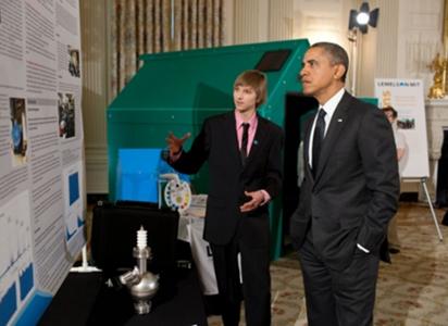 Ο πολυμήχανος έφηβος Taylor Wilson, εξηγεί στον πρόεδρο των ΗΠΑ τη λειτουργία της συσκευής πυρηνικής ανίχνευσης που εφηύρε