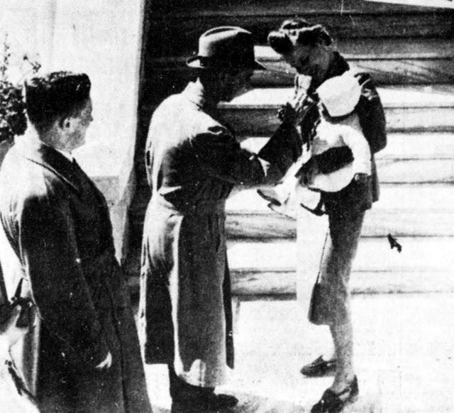 Η επίσκεψη του Γιόζεφ Γκαίμπελς στη βίλα της οικογένειας Μέρκελ στην Αθήνα (31 Μαρτίου 1939). Η κυρία Μέρκελ τον υποδέχεται στην είσοδο, κρατώντας το κοριτσάκι της.