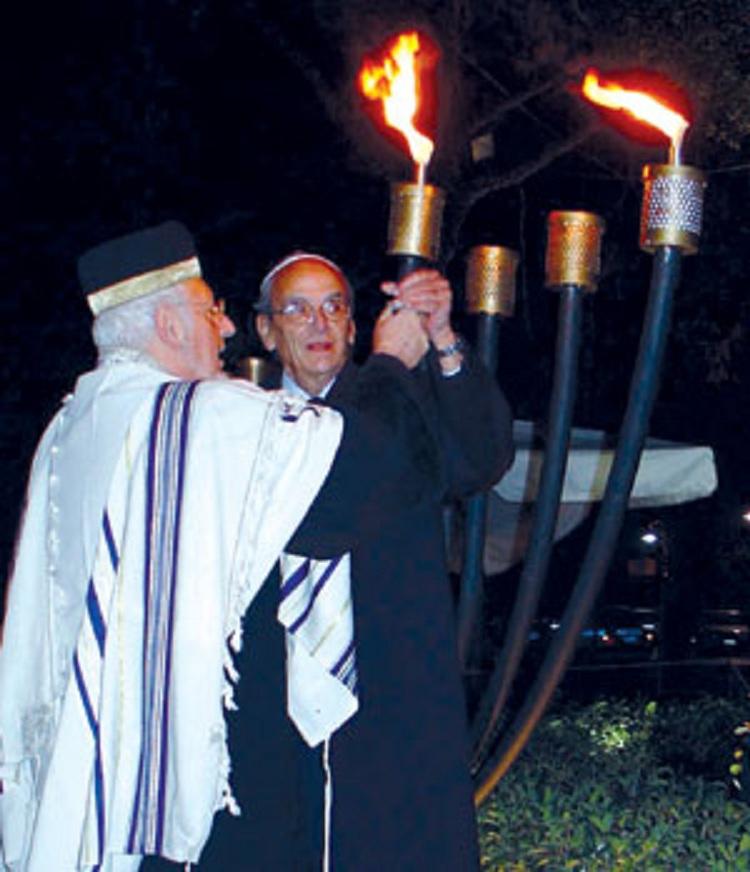 Είμαι ο Μωυσής Κωνσταντίνης κορόιδα, ο τέως Πρόεδρος τού Κεντρικού Ισραηλιτικού Συμβουλίου Ελλάδος και επί 40 ολόκληρα χρόνια ΕΙΔΙΚΟΣ ΣΥΜΒΟΥΛΟΣ ΦΙΛΟΤΕΛΙΣΜΟΥ ΤΩΝ ΕΛΤΑ !!! Κορόιδα...
