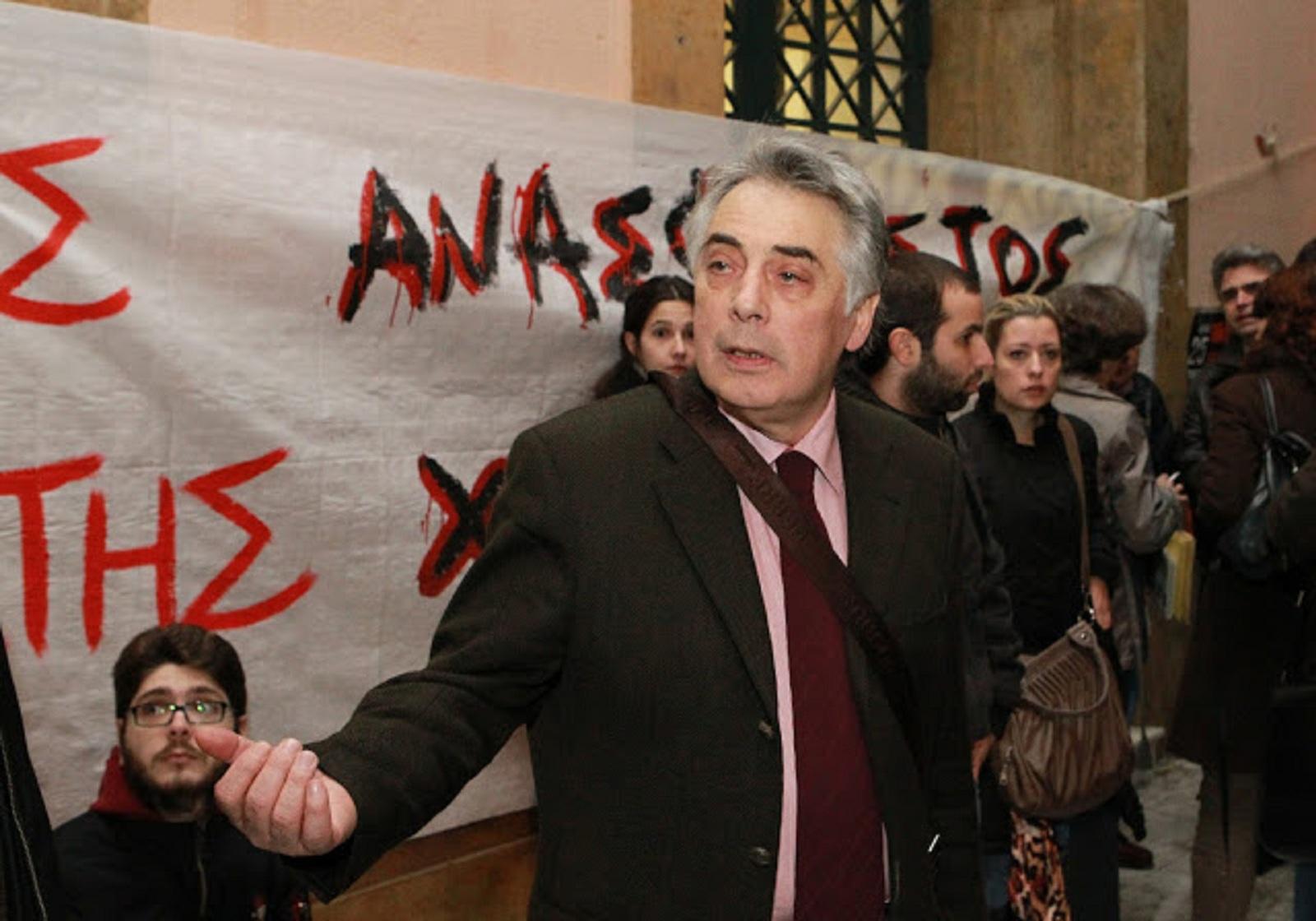 Είμαι ο Θεοδόσης Πελεγρίνης κορόιδα, ο πρύτανης του Πανεπιστημίου Αθηνών, αυτός που εγκατέστησε τους παράνομους λαθρομετανάστες μέσα στο κτίριο της Νομικής στις αρχές τού 2011. Με θυμάστε;