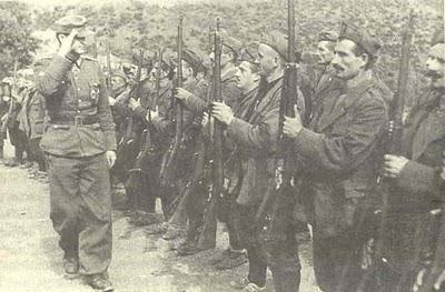τσάμηδες με Ιταλικές στολές επιθεωρούνται από Γερμανό αξιωματικό