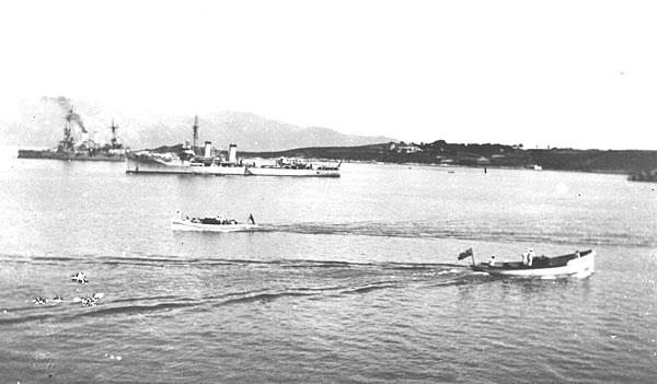 [Το ελαφρό καταδρομικό ΕΛΛΗ, το οποίο τορπιλλίστικε στην Τήνο το 1940, αγκυροβολημένο στα κερκυραϊκά νερά]