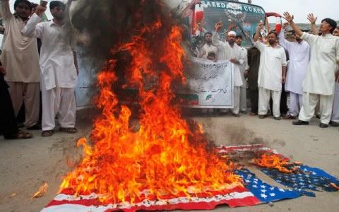 «Ἡ δημοκρατία καὶ ἡ ἐλευθερία στὸ μονοπάτι τοῦ θανάτου! Τὸ Ἰσλὰμ ἔρχεται!» κάψιμο σημαιῶν