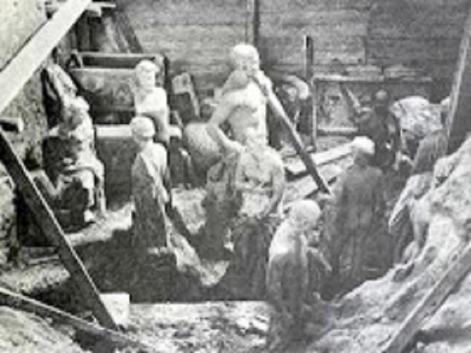 Λάκκος σε αίθουσα του Εθνικού Αρχαιολογικού Μουσείου, γεμάτος με αγάλματα, πριν καταχωθούν  για να σωθούν από τους ληστές - κατακτητές  (από το βιβλίο του Β. Πετράκου)