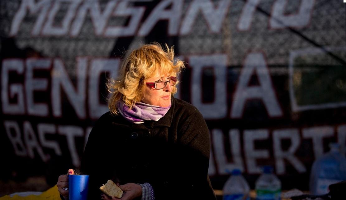 Αργεντινή: Μία γυναίκα που έχασε το παιδί της από ηπατική ανεπάρκεια μπροστά σε πανό που καταγγέλλει τη Μονσάντο (Φωτο ΑΡ)