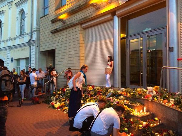 Πολίτες αφήνουν λουλούδια στη είσοδο της Πρεσβείας της Ολλανδίας στο Κίεβο