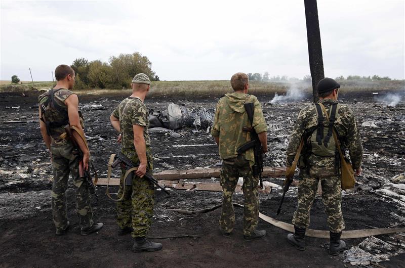 Ρώσσοι αυτονομιστές στο σημείο συντριβής του Boeing