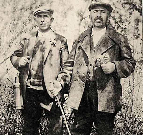 Ο εξόριστος στα τουρκικά τάγματα εργασίας Κωνσταντίνος  Κιουρκτσόγλου (δεξιά), με άλλον ένα εκτοπισμένο