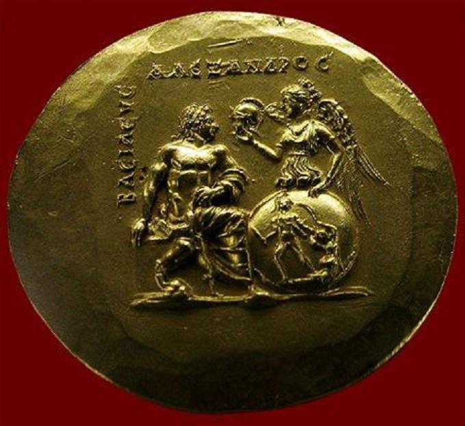 Ἡ Νίκη προσφέρει στὸν Ἀλέξανδρο τὴν περικεφαλαία.