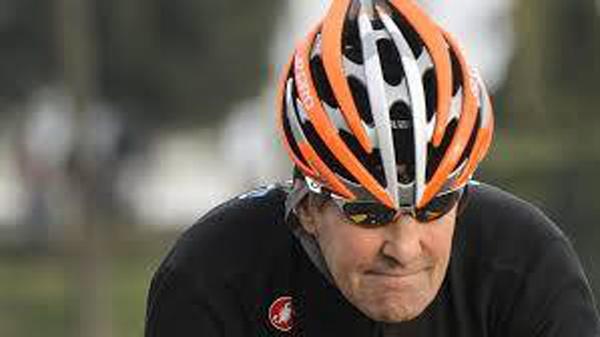 O «ποδηλάτης» κος Kerry στα γεράματα έπεσε επάνω σε πεζοδρόμιο με το ποδήλατό του...