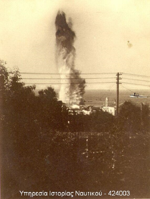 Στιγμιότυπο από την έκρηξη της δεύτερης τορπίλης στον λιμενοβραχίονα της Τήνου...