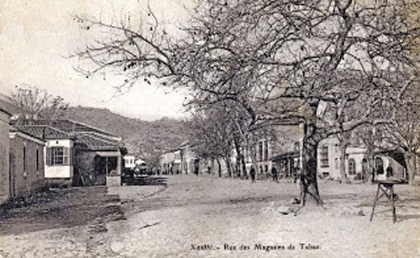 Ο δρόμος με τα καπνομάγαζα το 1905, σήμερα οδός Καραολή.