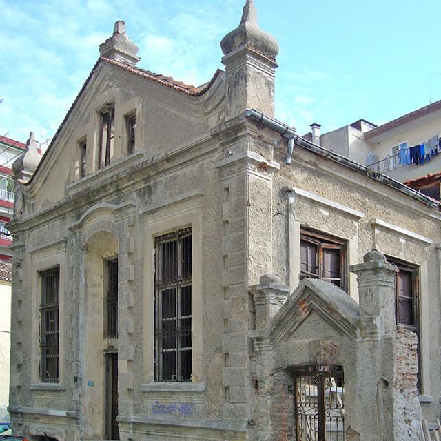 Ἰδιόρρυθμη διακόσμηση καπναποθήκης στήν ὁδό Χατζησταύρου. (Φωτογραφία τοῦ 2004)