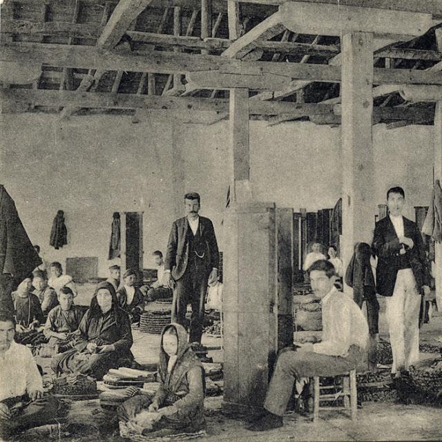 Ἐσωτερικό καπναποθήκης κατά τίς ἀρχές τοῦ 20οῦ  αἰώνα. (Φωτογραφία τοῦ 1908)