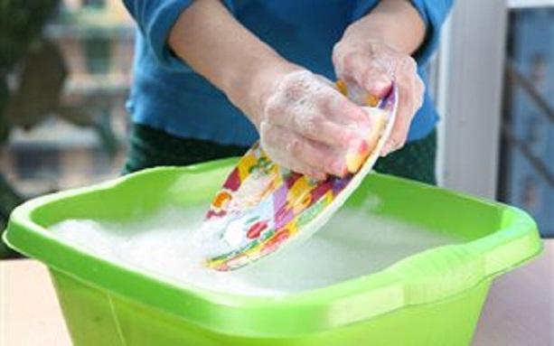 Λιγότερες οἱ ἀλλεργίες γιὰ τὰ παιδιά, ὅταν πλένουμε στὸ χέρι τὰ πιάτα.1