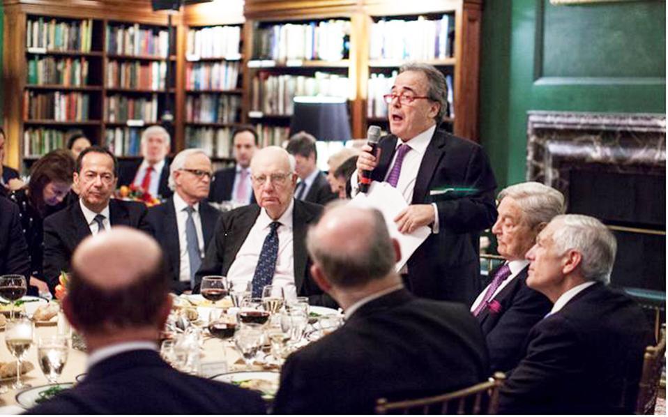 Χαρακτηριστική φωτογραφία από το κλειστό δείπνο: (από αριστερά) ο επενδυτής John Paulson, ο πρεσβευτής Martin Indyk, ο chairman Paul Volcker, o οικοδεσπότης Στέλιος Ζαββός, o George Soros και ο στρατηγός Wesley Clark