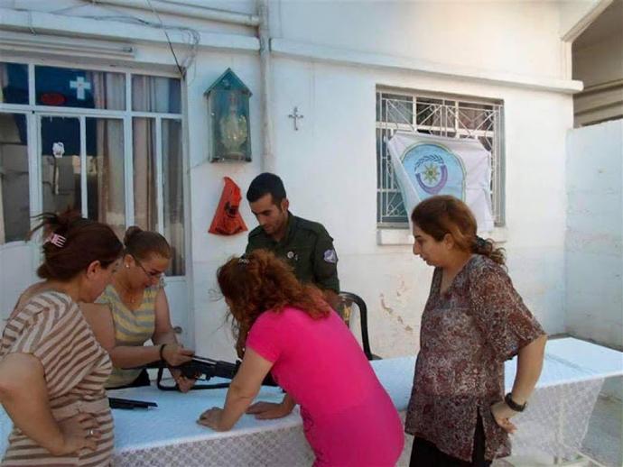 Στις Ελληνορθόδοξες εκκλησιές απαιτούν οι Χριστιανές γυναίκες να γίνονται τα μαθήματα εκπαιδεύσεως των γυναικών στην χρήση των όπλων... για να υπερασπιστούν την πατρίδα και να μην γίνουν πρόσφυγες...