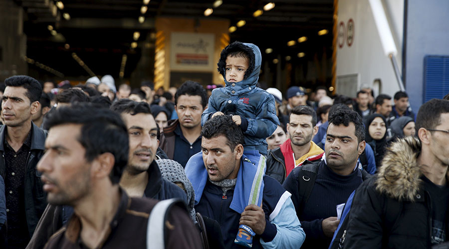 Refugees and migrants arrive aboard the passenger ferry Blue Star Patmos from the islands of Lesbos and Chios, at the port of Piraeus, near Athens, Greece, October 25, 2015. Over half a million refugees and migrants have arrived by sea in Greece this year and the rate of arrivals is rising, in a rush to beat the onset of freezing winter, the United Nations said. REUTERS/Alkis Konstantinidis - RTX1T3Y9