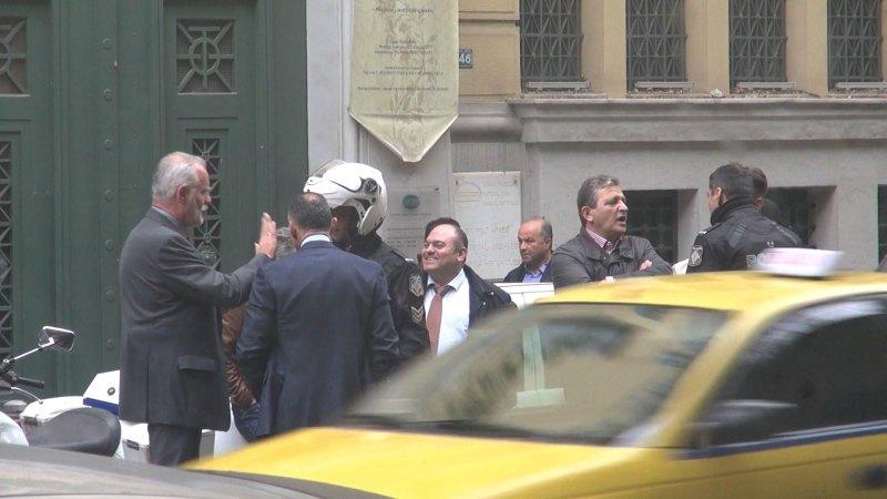 Εικόνα 2. Αριστερά, ο γενειοφόρος υπάλληλος της Εθνικής Τράπεζας, ο οποίος ζητούσε εμμέσως την παρέμβαση του Ταξιάρχου στα όργανα της τάξεως που είχαν προσέλθει στο κτίριο της Εθνικής Τραπέζης.