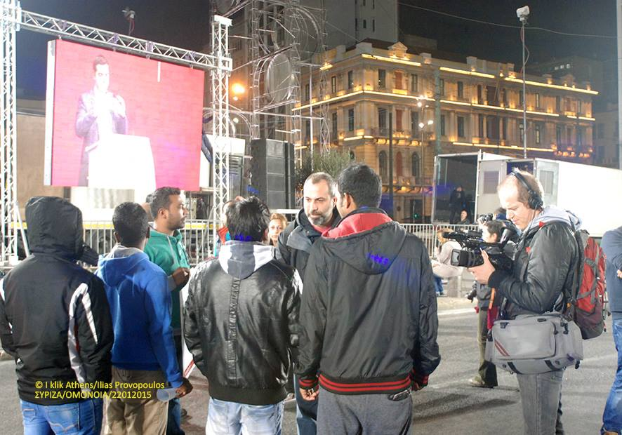 Κεντρική προεκλογική συγκέντρωση του ΣΥΡΙΖΑ στην Ομόνοια (21012015). Ο συνάδελφος Αχιλλέας Πεκλάρης μιλάει με μια ομάδα Μπαγκλαντεσιανών.