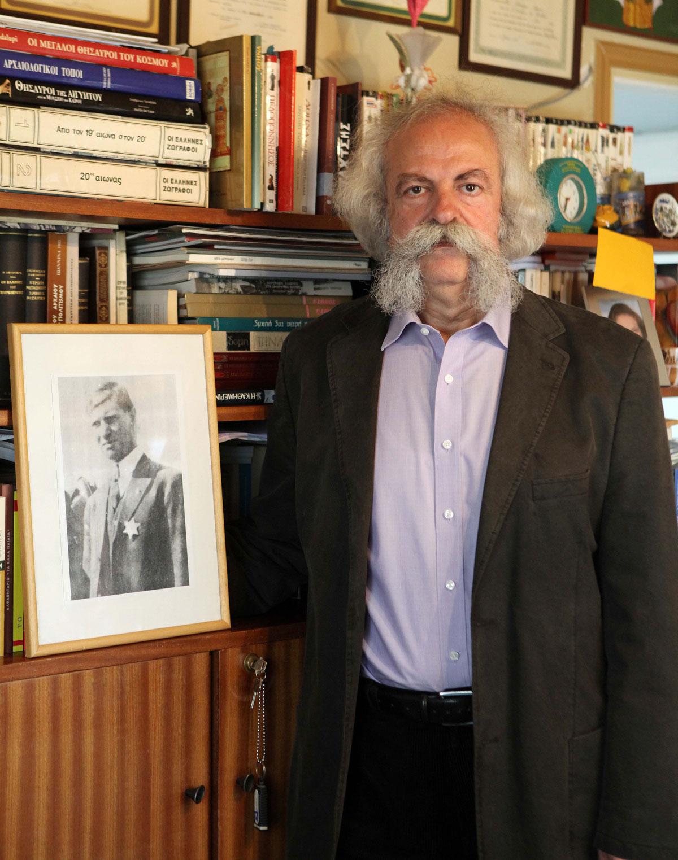 Αγέρωχος δίπλα στο πορτρέτο του «Λέοντα της Κρήτης» στέκεται ο απόγονός του, Γιώργος Σταυρουλάκης