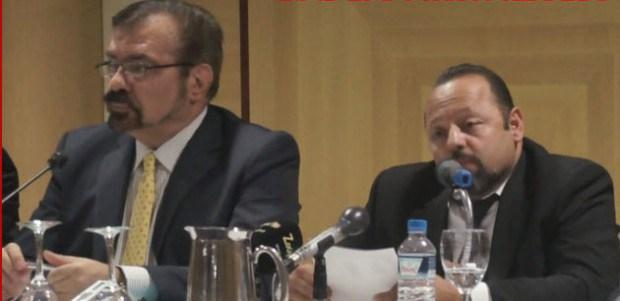 Ο Μανώλης Λαμπράκης με τον κατά φαντασία τρισεκατομμυριούχο Αρτέμιο Σώρρα (δεξιά) σε εκδήλωση για την υποστήριξη της απάτης με τα 600 δις στην Αθήνα.